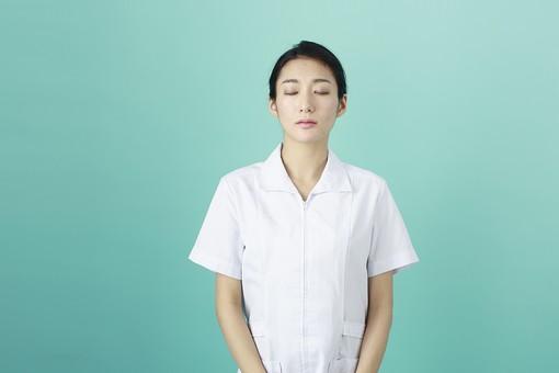 人物 女性 日本人 20代 30代   仕事 職業 医療 病院 看護師  ナース 医者 医師 女医 薬剤師  白衣 看護 屋内 スタジオ撮影 背景  グリーンバック おすすめ ポーズ 上半身 眼を閉じる 正面 瞑想 mdjf010