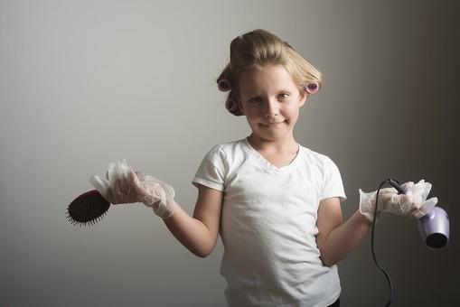 人物 こども 子供 女の子 少女  外国人 外人 キッズモデル かわいい 屋内  スタジオ撮影 ポーズ 表情 ポートレイト ポートレート ヘアカーラー 髪の毛 カーラー 巻く 身支度 おしゃれ ヘアスタイル スタイリング ヘアセット ドライヤー ブラシ 上半身 mdfk015