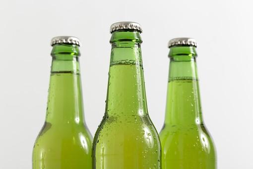 ビール 麦酒 beer お酒 酒 ビン 瓶 ボトル bottle ガラス 硝子 glass 飲酒 呑む 飲む アルコール alcohol 宴会 居酒屋 酒屋 パーティー party 酒盛り 晩酌 宴 宴席 飲み会 祝宴 呑み会  白背景 白バック 緑の瓶 飲みかけ 結露 水滴