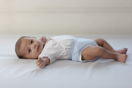 人物 男の子 外国人 フィリピン人 子供 幼い 赤ちゃん 赤ん坊 乳幼児 新生児 0歳 ベビー ベビー服 小さい 可愛い 愛らしい 庇護 守る 弱い 寝転がる 横になる 仰向け 視線 白背景 全身 ベッド 寝室 おむつ mdfk020