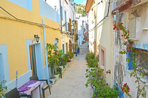 外国風景 外国 海外 スペイン ヨーロッパ  バレンシア バレンシア地  地中海 リゾート   観光地 旅行 観光  風景 景色 名所 空 青空  スペインの町並み  ストリート 晴天 建物 カラフル プランター 植物 椅子 入り口 路地 蔦