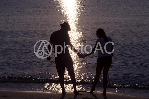 手をつなぐカップルのシルエット6の写真