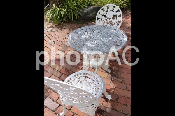 お洒落なガーデンチェア とテーブルの写真