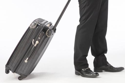 ビジネスマン 足 靴 キャリーケース キャリーバッグ ビジネス 移動 出張 白バック 白背景 旅行