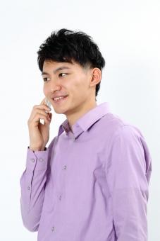 人物 生物 人間 男性 若い 青年 アジア アジア人 日本 日本人 ポーズ モデル カジュアル ラフ バストアップ 上半身 電話 携帯電話 スマートフォン アップル iPhone テクノロジー 技術 IT 通信 端末 通話 話す mdjm002