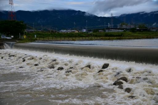 河川 川 濁流 豪雨 雨上がり 濁った 汚れた 流れ 勢い 水飛沫 荒々しい 危険 石 岩 山 稜線 雲 建物 建築物 建造物 緑 土手 自然 景色 風景 関西 大阪