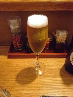 酒場 ビール グラスビール 麦酒 お酒 酒 アルコール 飲料 飲み物 ドリンク グルメ カウンター 飲み屋 居酒屋 グラス 赤提灯 赤ちょうちん 風景 景色 酒場の風景 酒場の景色