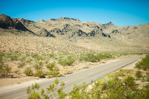 自然 植物 空 青空 晴天 晴れ 天気 グラデーション 青い 加工 山 山並み 山脈 荒地 木 樹木 葉 葉っぱ 緑 地面 土 道路 直線 線 ライン ハイウェイ 無人 室外 屋外 景色 風景 アメリカ 外国