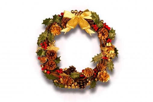 クリスマス リース 手作り 手造り 柊 ヒイラギ 松ぼっくり ゴールド 金色 俯瞰 リボン 金リボン 影 シャドー 影あり シャドーあり 切り抜き おしゃれ 可愛い かわいい アナログ 豪華 派手 xmas christmas 葉っぱ 葉 コピースペース 白 白背景 白バック ホワイト ホワイトバック ホワイト背景