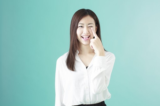 人物 日本人 女性 若者 若い  20代 かわいい 清楚 ロングヘア 長髪  ブラウス シャツ 白 屋内 スタジオ撮影  背景 緑 グリーンバック おすすめ ポーズ  表情 上半身 あっかんべー 舌 舌を出す 侮辱 軽蔑 仕草 mdjf009