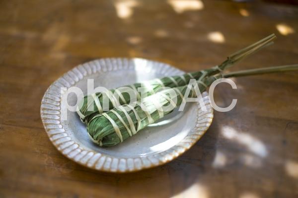 笹の葉に包まれたちまきの写真