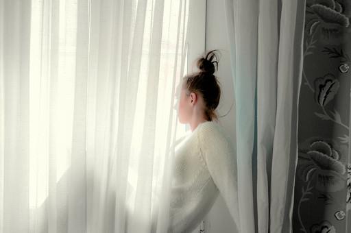 人物 女性 外国人 外人 外国人女性  外人女性 モデル ポートレイト ポートレート ファッション  屋内 室内 部屋 カーテン 捲る めくる 覗く 隠れる 白 ロマンチック ドレープ 明るい 透ける 光 シルエット 座る 横向き 窓辺 mdff087