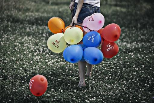 風船 バルーン 小物 雑貨 ふわふわ   浮く イベント 行事 パーティー 人物  女性 外国人 外人 持つ 握る  飛ばす 屋外 外 野外 草原  野原 自然 カラフル 束 塊 一まとめ 後ろ姿 後姿 複数 たくさん