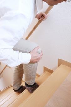 膝 関節痛 膝痛 男性 階段 人物 足 痛み 屋内 加齢 病気 シニア 男 健康 年配 高齢 ひざ 手すり 登り 辛い 関節