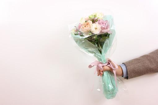 花 植物 薔薇 ばら バラ 綺麗 美しい 切花 切り花 花びら 花束 フラワーアレンジメント プレゼント ギフト 男性 手 持つ 渡す サプライズ プロポーズ 告白 愛 ホワイトデー クリスマス 誕生日 記念日 恋人 友人 友達