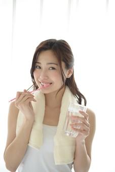 日本人 女性 女 30代 アラサー 白バック 白背景 ライフスタイル キャミ キャミソール 部屋着 ナチュラル ミディアムヘア ハーフアップ ポーズ 歯磨き 歯ブラシ はみがき 磨く 清潔 清潔感 ケア 歯 習慣 手入れ お手入れ 笑顔 スマイル タオル フェイスタオル コップ 水 うがい 濯ぐ ゆすぐ mdjf013