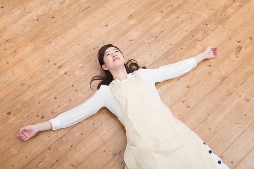 人物 日本人 嫁 お嫁さん 奥さん 妻 女性 20代 30代 エプロン 床 寝る 寝っ転がる 倒れる 解放感 解放 自由 弛緩 大の字 仰向け うれしい 面白い おもしろい コミカル ユーモラス オーバーリアクション  mdjf049