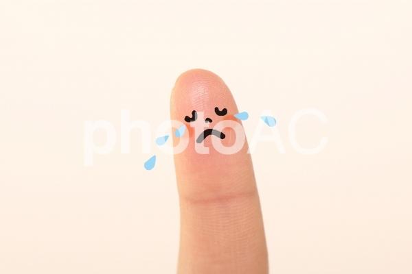 悲しい表情な 指子どもの写真