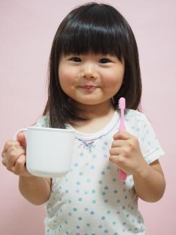 子供 歯みがき 女児 パジャマ 園児 日本人 brushing japanese girl 歯磨き 虫歯 歯ブラシ コップ 幼児