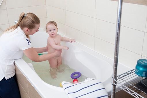赤ちゃん 外国人 子供 子ども こども 女の子 女児 乳児 ライフスタイル お風呂 お風呂場 バスルーム バスタイム バスタブ 入浴 入浴中 ベビー 裸 はだか はだかんぼ さっぱり スッキリ すっきり 綺麗 きれい 清潔 ママ お母さん 母 母親 親 立つ 支える 手伝う mdfk037