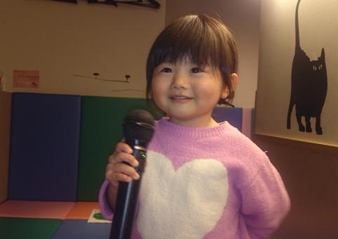 カラオケ カラオケボックス 歌を歌う 子供 子ども 幼児 女児 日本人 japanese girl kids karaoke mic 女の子 マイク