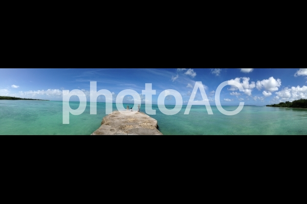 沖縄県竹富島の青い海と空のパノラマの写真
