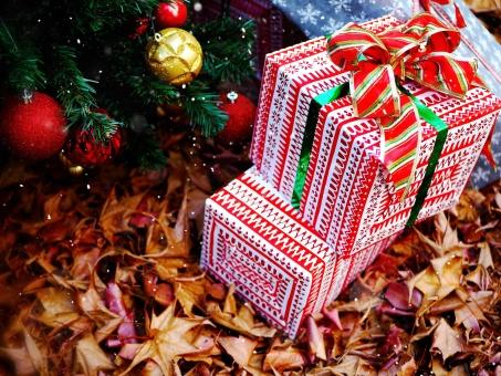 クリスマスツリーとプレゼント / 加工の写真