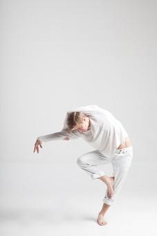 ダンス ダンサー ポーズ 体勢 姿勢 体位 ステップ 踊る 踊り 運動 スポーツ 振り付け 振付 振り 男性 男 外国人 金髪 若い 全身 バレエ バレリーナ 足 脚 片足 片足立ち 手 腕 上げる 掴む 俯く 前かがみ 前屈 背景 白 ホワイト mdfm074