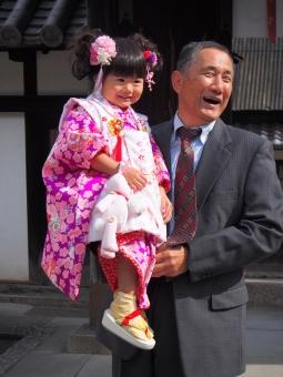孫 お爺さん おじいちゃん お爺ちゃん 子供 子ども 女児 3才 日本人 男性 お祝い 笑顔 スーツ 着物 girl child kids japanese smile kimono 753 753 grandfather grandchild ひちごさん 女の子 七五三 日本 japan