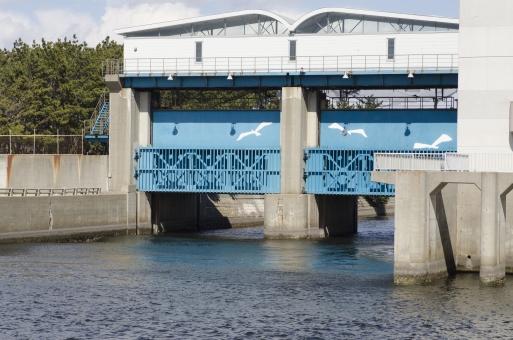 水門 屋外 外 風景 景色 川 river 水 water 河川 遮断 門 開ける 仕切り 分流 制御 水量 建物 建造物 空 青空 晴れ 快晴 雲 白い雲 無人