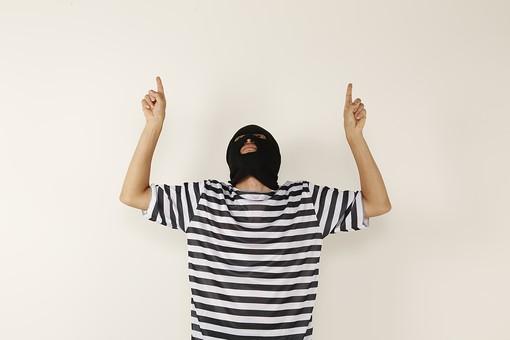 人物 男性 犯罪 囚人 犯人 犯罪者 容疑者 留置所 留置場 監獄 牢屋 ボーダー 縞々 ストライプ シャツ 覆面 マスク 逮捕 捕まる 事件 白バック 白背景 指差し 指さす 両手 上半身 正面 見上げる 囚人服 目出し帽