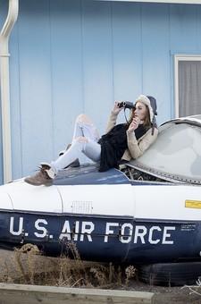 人物 女性 モデル 外国人 外人  外国人女性 外人女性 大人 ロングヘア ポーズ  ポートレイト ポートレート ファッション 屋外 野外  外 乗物 乗り物 飛行機 小型飛行機  スクラップ ワイルド セクシー ジーンズ ジーパン カジュアル ラフ 帽子 飛行帽 フード パイロット 寝そべる 横たわる 双眼鏡 覗く マフラー 廃墟 荒涼 殺風景 タバコ 煙草 喫煙 一服 休憩 ミリタリー mdff089