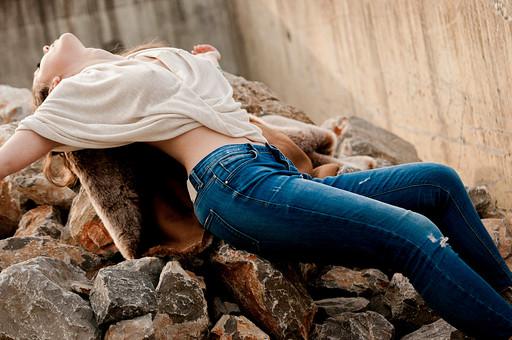 外国人 女性 モデル ファッション ポーズ レディース 茶髪 ロングヘアー エレガント  ボヘミアン アンティーク イヤリング ピアス ヴィンテージ デニム ジーパン パンツ ダメージ加工 寝る 寝そべる 上を向く ベージュ ブランケット モコモコ ふわふわ フワフワ 手を広げる mdff086