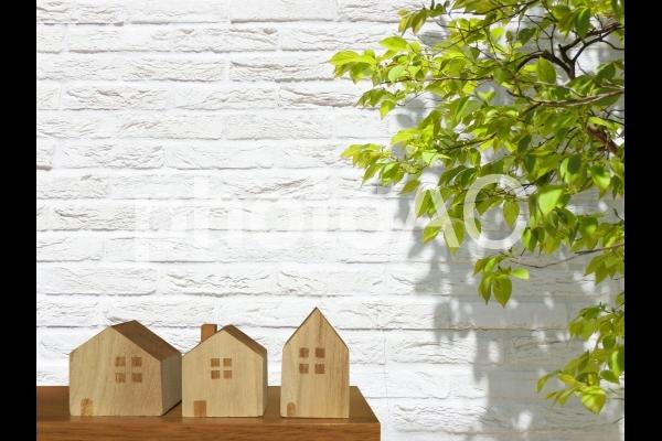 積木の家と白壁と緑の背景の写真