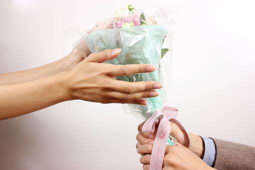花 植物 薔薇 ばら バラ 綺麗 美しい 切花 切り花 花びら 花束 フラワーアレンジメント プレゼント ギフト 男性 手 持つ 渡す 後ろ 女性 受け取る ホワイトデー  サプライズ プロポーズ 告白 愛