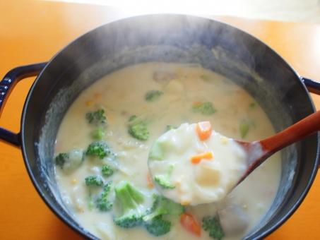 ホワイトシチュー作り ホワイトシチュー シチュー 料理 調理 牛乳 ニンジン 人参 にんじん たまねぎ 玉ねぎ タマネギ 木べら 鍋 冬の料理 スープ とろみ cream stew クリームシチュー ブロッコリー