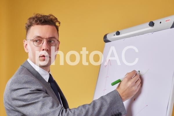 ホワイトボードとビジネスマン24の写真