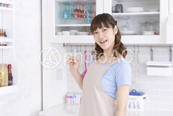 キッチンの女性2の写真