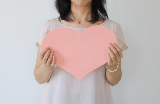 ハート ピンク 大きい 人物 女性 女 ハートを持つ 白バック 若い女性 日本人 ボディーパーツ ラブ LOVE 恋 恋愛 ハートマーク 20代 女子力 バレンタイン 愛情 上半身 バレンタインデー 告白 愛 heart 心 ココロ 片思い 心臓 女子