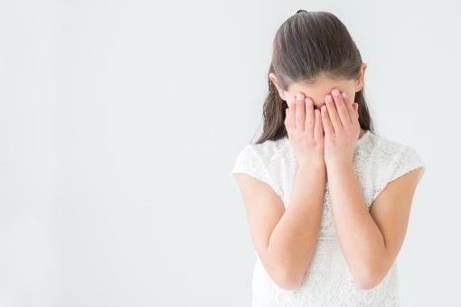顔を隠す女の子の写真