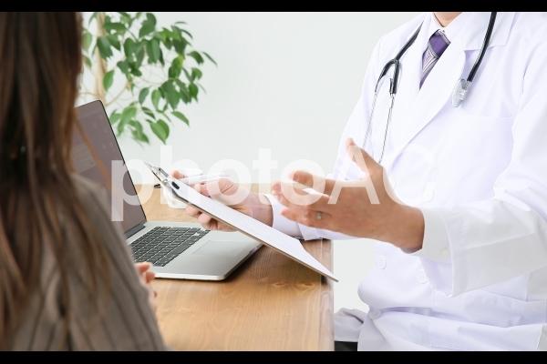 説明する医師の写真