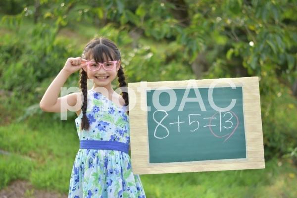 算数の計算 と子供の写真