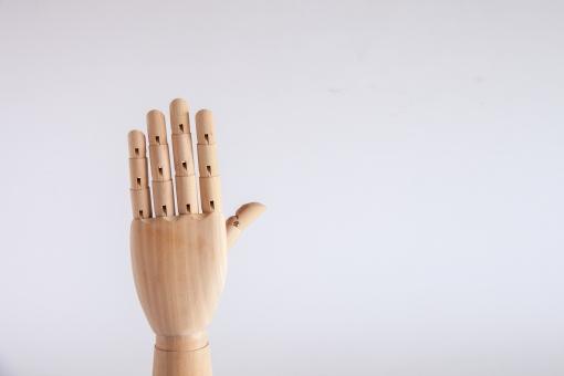 ポイント 5 5 ご 五 ゴ ファイブ 5月 はーい ハーイ 挙手 手を挙げる 手をあげる パー 5本 じゃんけん 手の甲 カウント 左手 パーツ 余白 白バック ハンドモデル ハンドパーツ シンプル 木製 デッサン ジェスチャー 手 片手 数字 番号 数える ハンドポーズ