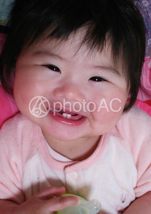 下の歯が生えた赤ちゃんの写真