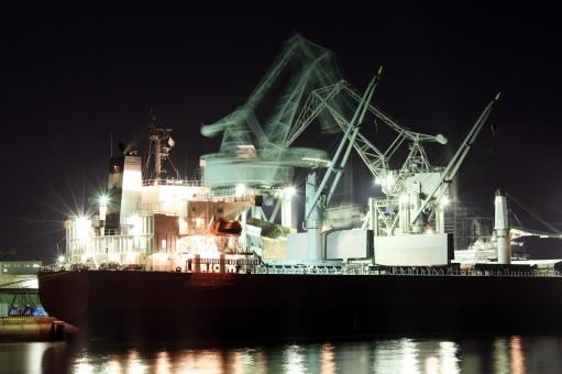 タンカー 貨物船 大型 船 船舶 乗り物 海 港 埠頭 港湾 クレーン クレーン船 機械 工場 産業 運輸 運輸業 海運 海運業 輸出 輸入 輸出入 荷揚げ 陸揚げ 積み下ろし 積み降ろし 荷物 貿易 夜景 夜 ライト 照明 ライトアップ 作業 働く 夜間 労働 反射 積む 積み込む 降ろす 屋外