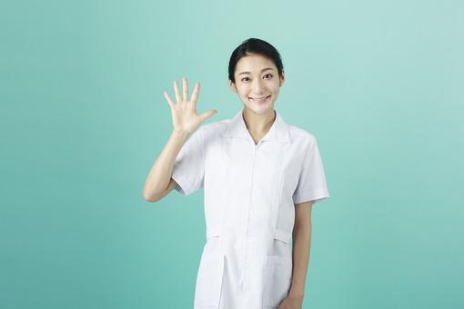 人物 女性 日本人 20代 30代   仕事 職業 医療 病院 看護師  ナース 医者 医師 女医 薬剤師  白衣 看護 屋内 スタジオ撮影 背景  グリーンバック おすすめ ポーズ 上半身 手 指 数字 5 mdjf010