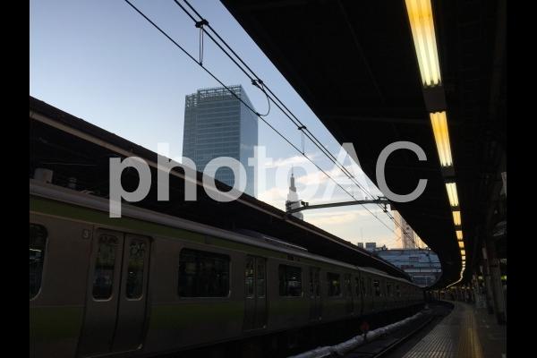 新宿駅ホームからの青空の写真