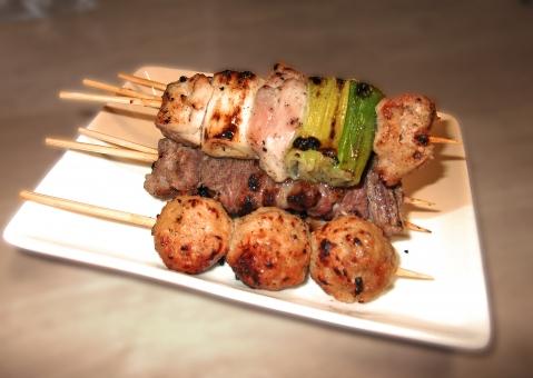 やきとり ヤキトリ 焼き鳥 焼鳥 鶏 鶏肉 肉 肉類 肉料理 串焼き 焼き物 日本食 和食 食べ物 食品 料理 調理 グルメ 食 食事 食卓 食料品 食料 食糧 皿 食器 つくね ねぎま かしら レバー