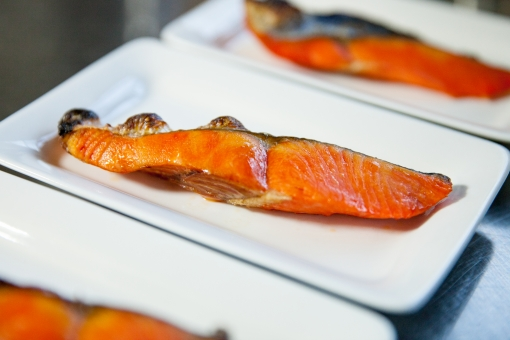 積み木 焼き鮭 鮭 さけ シャケ サーモン 焼き魚 魚 サケ 塩サケ 和食 配膳 晩御飯 おかず 魚屋 食事 料理 フードフォト 塩分 朝食 四角 皿 お皿 四角い皿 定食 食べ物