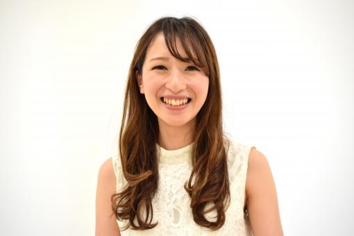 歯を見せて笑う女性の写真